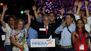 Sebastian Piñera célèbre sa victoire avec sa famille, le 17 décembre 2017, à Santiago.