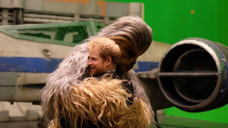 """Le Prince Harry dans les bras de Chewbacca (""""Star Wars""""), en visite dans les studios Pinewood de Londres le 18 avril 2016."""