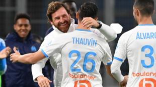L'attaquant de Marseille, Florian Thauvin (c), fête son but dans les bras de l'entraîneur portugais André Villas-Boas lors du match de Ligue 1 contre Bordeaux au Vélodrome, le 17 octobre 2020