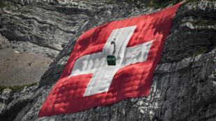 تعليق علم سويسري ضخم على صخرة مقابل جبل سينتيس تحضيرا للاحتفال بالعيد الوطني 31 تموز/يوليو 2020