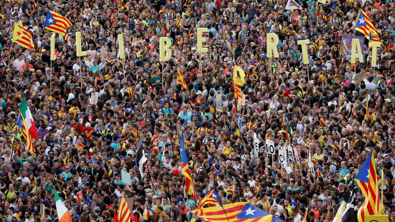 Manifestantes catalanes se reúnen en la avenida Paseo de Gracia durante la huelga general de Cataluña. Barcelona, España, el 18 de octubre de 2019.