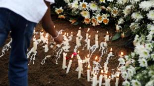 Se lleva a cabo el funeral de una de las víctimas de los atentados con bombas en iglesias y hoteles en Negombo, Sri Lanka, el 25 de abril de 2019.