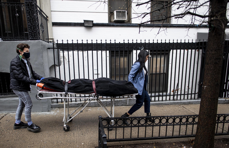 Personal sanitario transporta un cuerpo en el barrio de Harlem de Nueva York el 24 de abril de 2020.