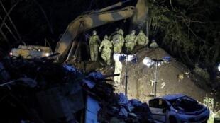 Los rescatistas buscan desaparecidos en la ciudad de Atsuma, prefectura de Hokkaido, en Japón, el 7 de septiembre de 2018, un día después de que una ladera se derrumbara a raíz de un terremoto de magnitud 6,7.
