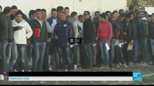 Ces jeunes hommes font la queue devant la caserne de Bouchoucha à Tunis, pour se faire embaucher dans l'armée.