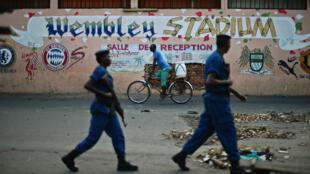 Patrouille de police dans les rues de Bujumbura, capitale du Burundi, en mai 2015.