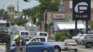 صورة تعود إلى 12 حزيران/يونيو 2016 للشرطة والمحققين أمام مرقص بالس في فلوريدا بعد إطلاق النار الأكثر دموية في الولايات المتحدة