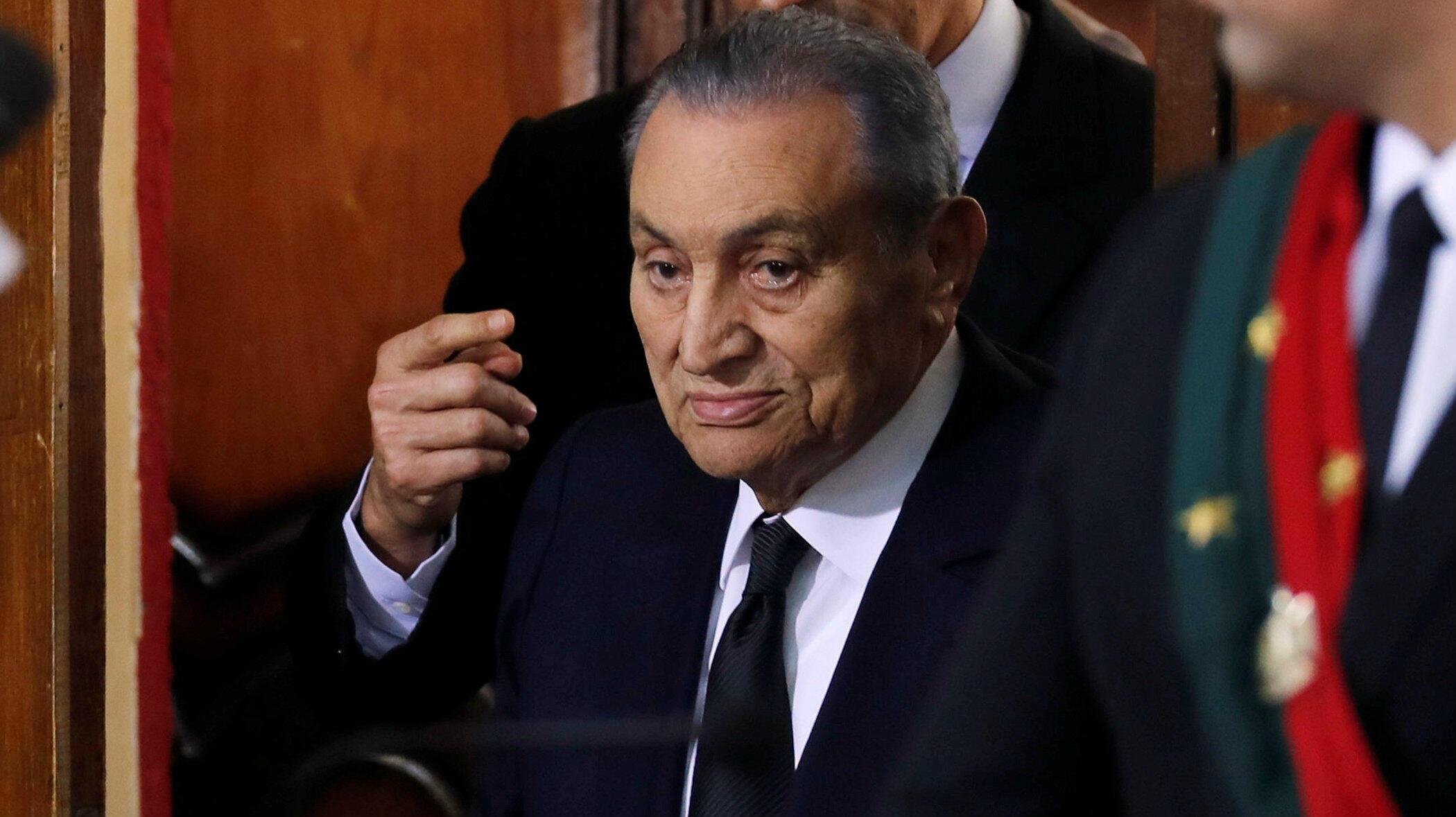 El expresidente egipcio Hosni Mubarak testifica durante el juicio contra el exmandatario Mohamed Morsi en El Cairo, el 26 de diciembre de 2018.