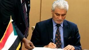 مبعوث الاتحاد الأفريقي إلى السودان محمد الحسن لبات يوقع الاتفاق الدستوري بين المجلس العسكري والمعارضة السودانية، الخرطوم 4 أغسطس/آب 2019.