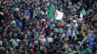 جزائريون يتظاهرون في بلدة خراطة في شمال الجزائر في الذكرى السنوية الثانية للحراك في 16 شباط/فبراير 2021