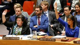 La embajadora de los Estados Unidos ante las Naciones Unidas, Nikki Haley, y Karen Pierce votan contra una resolución rusa que condena la 'agresión' contra Siria por parte de Estados Unidos y sus aliados durante una reunión de emergencia del Consejo de Seguridad de las Naciones Unidas sobre Siria en la sede de la ONU en Nueva York, EE. UU., el 14 de abril de 2018.