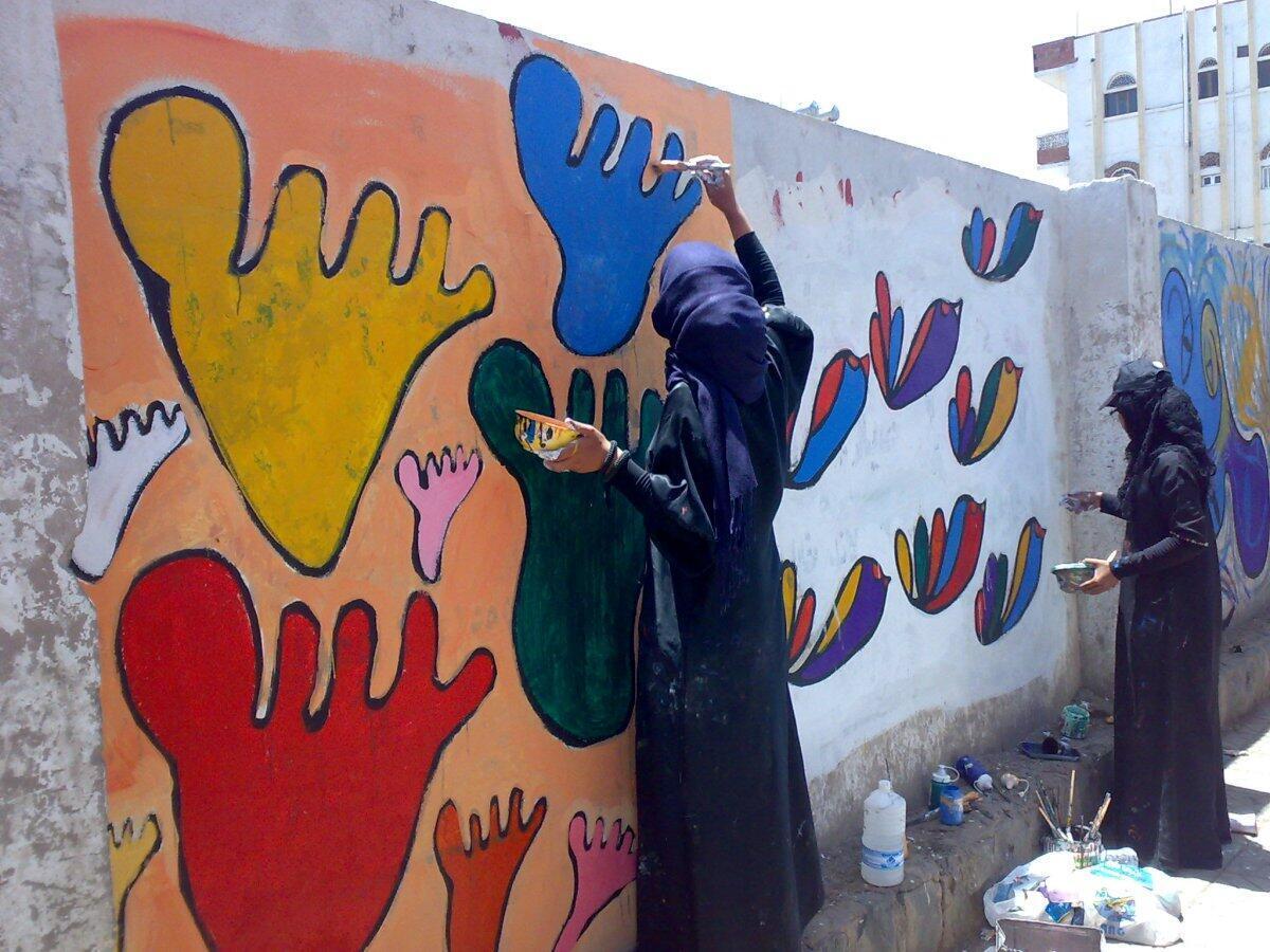 "En 2011, l'artiste Murad Subay lance à Sanaa la campagne ""Color the walls of your streets""."