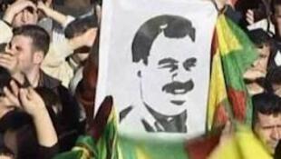 صورة لزعيم حزب العمال الكردستاني المسجون عبد الله أوجلان