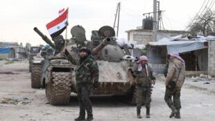 قوات من الجيش النظامي السوري قرب الطريق الدولي دمشق-حلب، 10 فبراير/شباط 2020