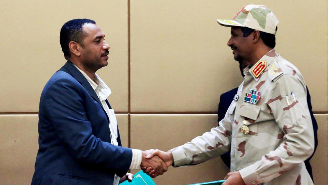 El líder de la coalición de oposición Ahmad al-Rabiah y el jefe del Consejo militar de transición Mohamed Hamdan Dagalo, durante la ceremonia de firma del acuerdo en Jartum, el 4 de agosto de 2019.