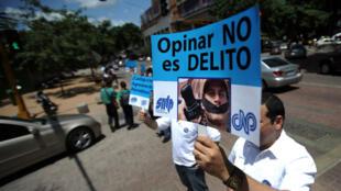 Un periodista sostiene una pancarta en medio de unas protestas del Sindicato Nacional de Trabajadores de la Prensa en Venezuela (2010).