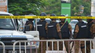 Une patrouille de police sur les lieux de l'attaque dans la capitale du Burkina Faso, le 14 août.