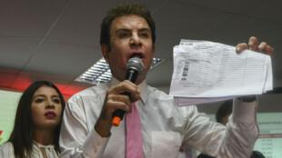 Le candidat de l'opposition au Honduras, Salavdor Nasralla, crie à la fraude, lors d'une allocution à Tegucigalpa, le 29 novembre 2017.