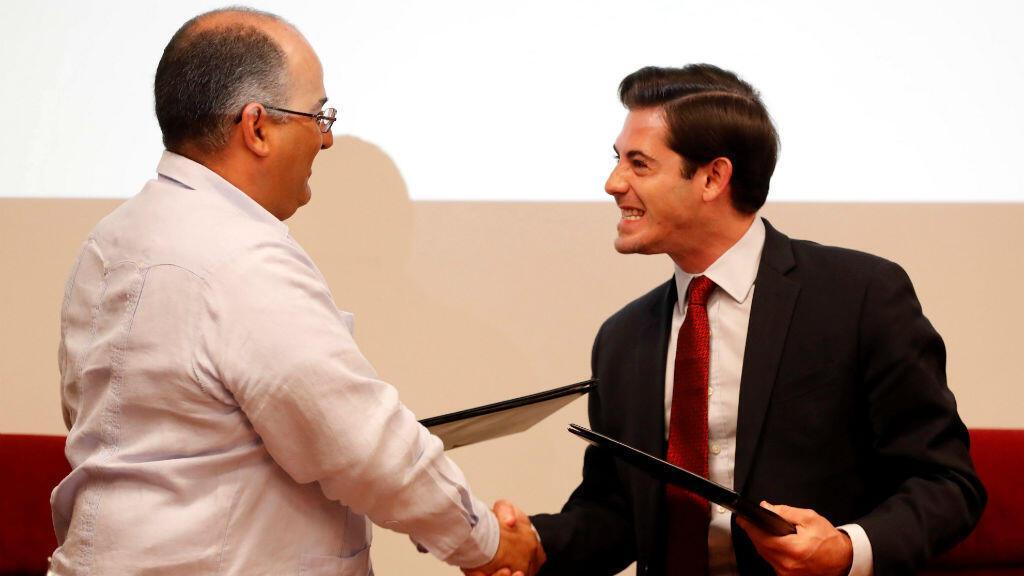 Luis Adolfo Iglesias Reyes (i), vicepresidente de ETECSA, y el jefe de Google en Cuba, Brett Perlmutter (d) firman acuerdo.