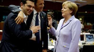 Rare moment de détente à Bruxelles : le Premier ministre grec Alexis Tsipras, le président du Conseil italien Matteo Renzi et la chancelière allemande Angela Merkel.