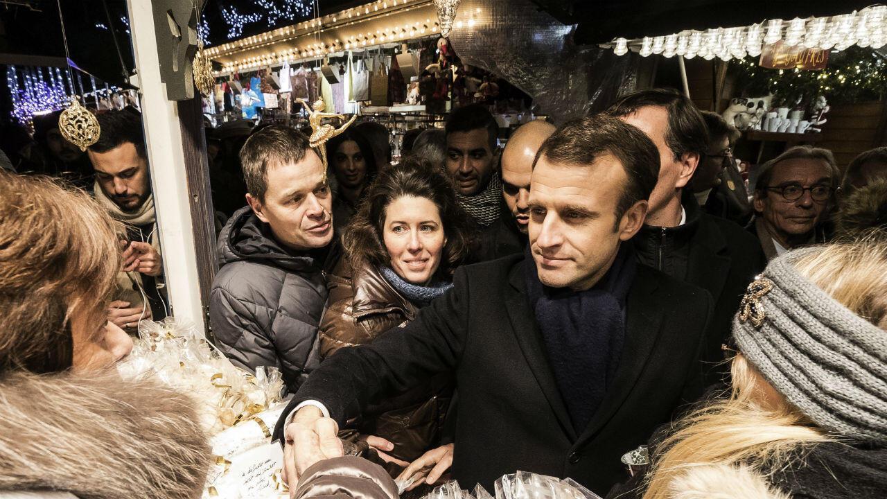 Emmanuel Macron est allé à la rencontre des passants sur le marché de Noël de Strasbourg, trois jours après l'attentat qui a coûté la vie à quatre personnes.