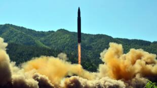 Le régime de Pyongyang avait diffusé cette photo après son annonce, le 4 juillet 2017, d'un tir de missile balistique intercontinental.