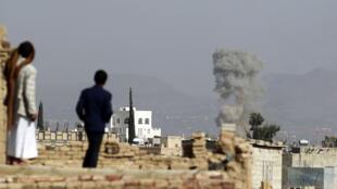 De la fumée s'élève de bâtiments après une frappe aérienne de la coalition arabe sur la base aérienne d'Al-Daïlami, au nord de Sanaa, le 16 septembre 2015.