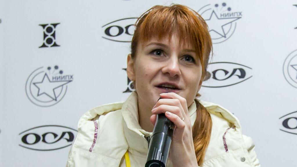 En esta foto de archivo tomada el 8 de octubre de 2013, María Butina habla durante una conferencia de prensa en Moscú.