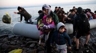 لاجئون في المياه الإقليمية الحدودية بين اليونان وتركيا