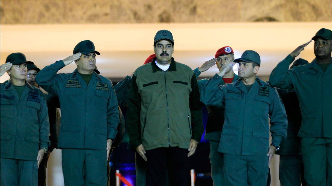 Le président du Venezuela, Nicolas Maduro, entouré de son ministre de la Défense, Vladimir Padrino (à gauche), et de Remigio Ceballos, commandant stratégique opérationnel des Forces Armées Nationales Bolivariennes.