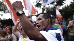 Personas se manifiestan contra un proyecto de reforma tributaria el viernes 21 de septiembre de 2018, en los alrededores de la Casa Presidencial, en San José (Costa Rica).