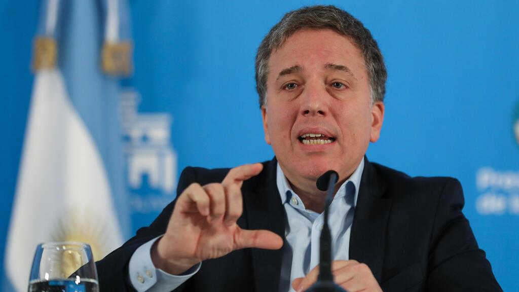 El ministro de Hacienda, Nicolás Dujovne, habla durante una conferencia de prensa para explicar las medidas económicas implementadas por el Gobierno Nacional, este 17 de abril en Buenos Aires.