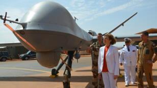La ministre des Armées Florence Parly, le 31 juillet 2017 près de Niamey, au Niger, devant un drone français de la mission Barkhane au Sahel.