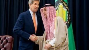 وزير الخارجية السعودي مصافحا نظيره الأمريكي في الرياض في 23 يناير 2016