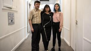 Sur cette photo prise le 5 octobre 2018, Dominique et Sylvie Mennesson et leur fille Fiorella posent près du bureau de leur avocat, Patrice Spinosi, après une conférence de presse à Paris.