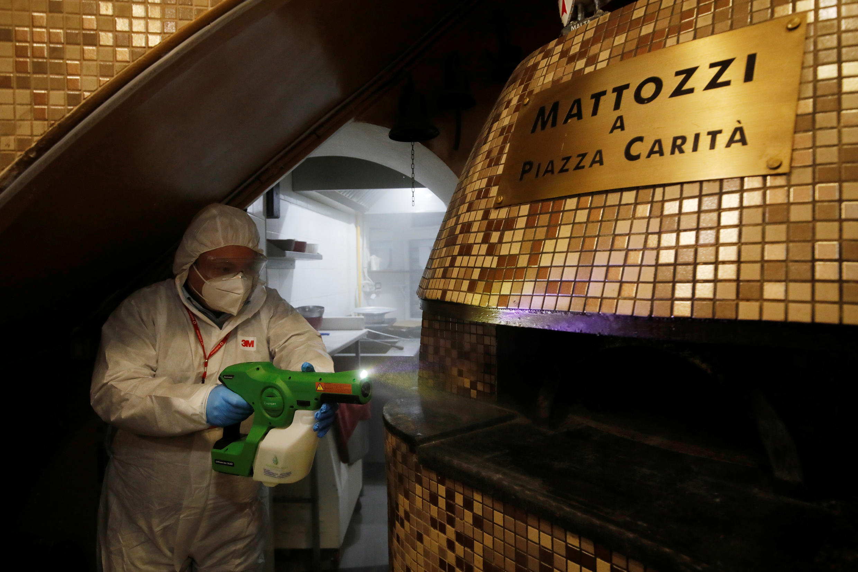 En Italie, des commerces et restaurants rouvrent progressivement, notamment pour la vente à emporter. Ici, une pizzeria à Campania, le 23 avril 2020.