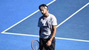 L'Autrichien Dominic Thiem, après avoir perdu un point contre le Bulgare Grigor Dimitrov, lors des 8es de finale de l'Open d'Australie, le 14 février 2021 à Melbourne