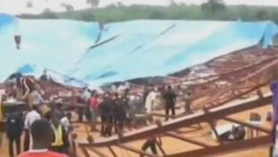 Le toit de l'église s'est effondré dimanche sur la foule, samedi, à Uyo, dans le sud du Nigeria.