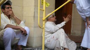 Des fidèles de la mosquée, en état de choc après l'attentat.