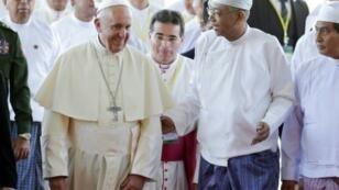 البابا فرنسيس والرئيس البورمي هتين كيواو عند وصولهما إلى القصر الرئاسي في نايبيداو في 28 تشرين الثاني/نوفمبر 2017