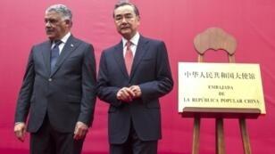 El presidente de República Dominicana, Miguel Vargas (I), y el canciller chino, Wang Yi, inauguran la embajada de Pekín en Santo Domingo, el 21 de septiembre de 2018