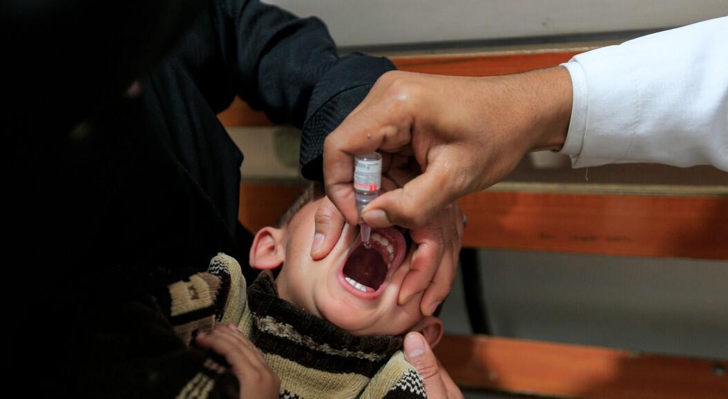 Un niño recibe una vacuna contra la poliomielitis, durante una campaña de inmunización con el apoyo de la Organización Mundial de la Salud (OMS) y el Fondo de las Naciones Unidas para la Infancia, Unicef, en Sanaa, Yemen, el 25 de diciembre de 2019.