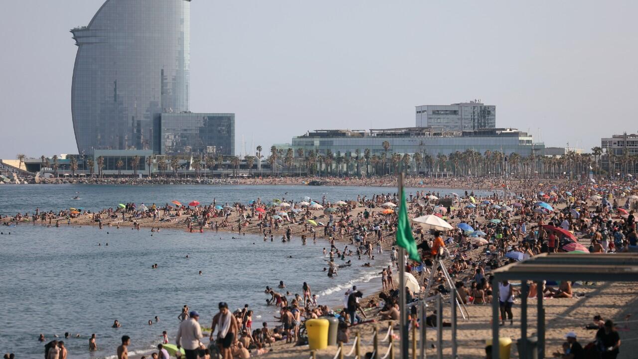 La gente disfruta de una tarde de playa en Barcelona, aprovechando la relajación de las restricciones sanitarias, En Barcelona, España, el 21 de junio de 2020.