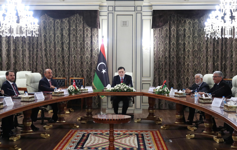 رئيس الوزراء الليبي المعترف به دوليا فايز السراج مع وزير الخارجية التركي أوغلو خلال اجتماعهما بطرابلس في ليبيا، 17 يونيو/حزيران 2020.