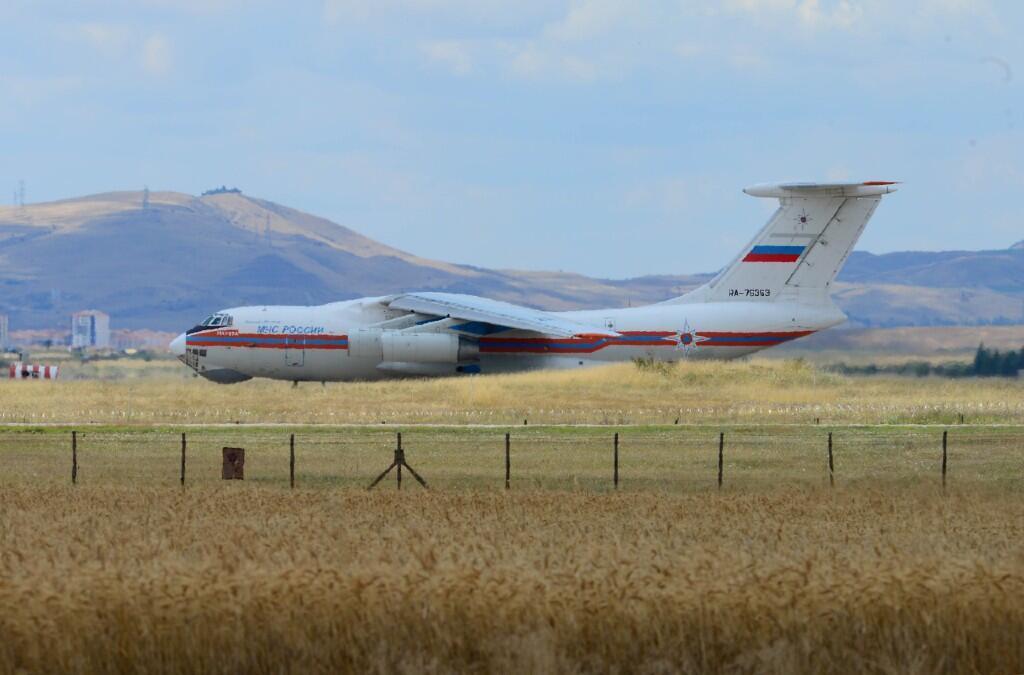 Uno de los aviones rusos que transportaba las primeras partes de un sistema de defensa de misiles S-400 en la Base Aérea de Akinci, cerca de Ankara, Turquía, el 12 de julio de 2019.