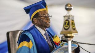 Robert Mugabe a prononcé vendredi 17 novembre 2017 un discours lors d'une cérémonie de remise de diplômes dans une université de Harare. Il s'agissait de sa première apparition depuis le coup de force militaire.
