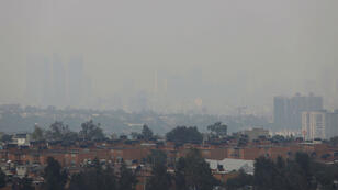 Una zona de Ciudad de México en la que se evidencias los edificios envueltos en la bruma provocada por los altos niveles de contaminación en el aire el 15 de mayo de 2019.