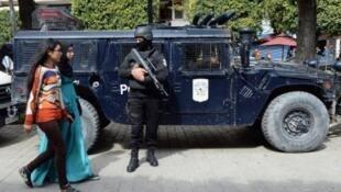 الشرطة التونسية تنتشر أثناء تظاهرة في تونس في 20 مارس 2015 بعد هجوم متحف باردو