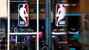 شعار دوري رابطة المحترفين في كرة السلة في نيويورك في 12 آذار/مارس 2020.