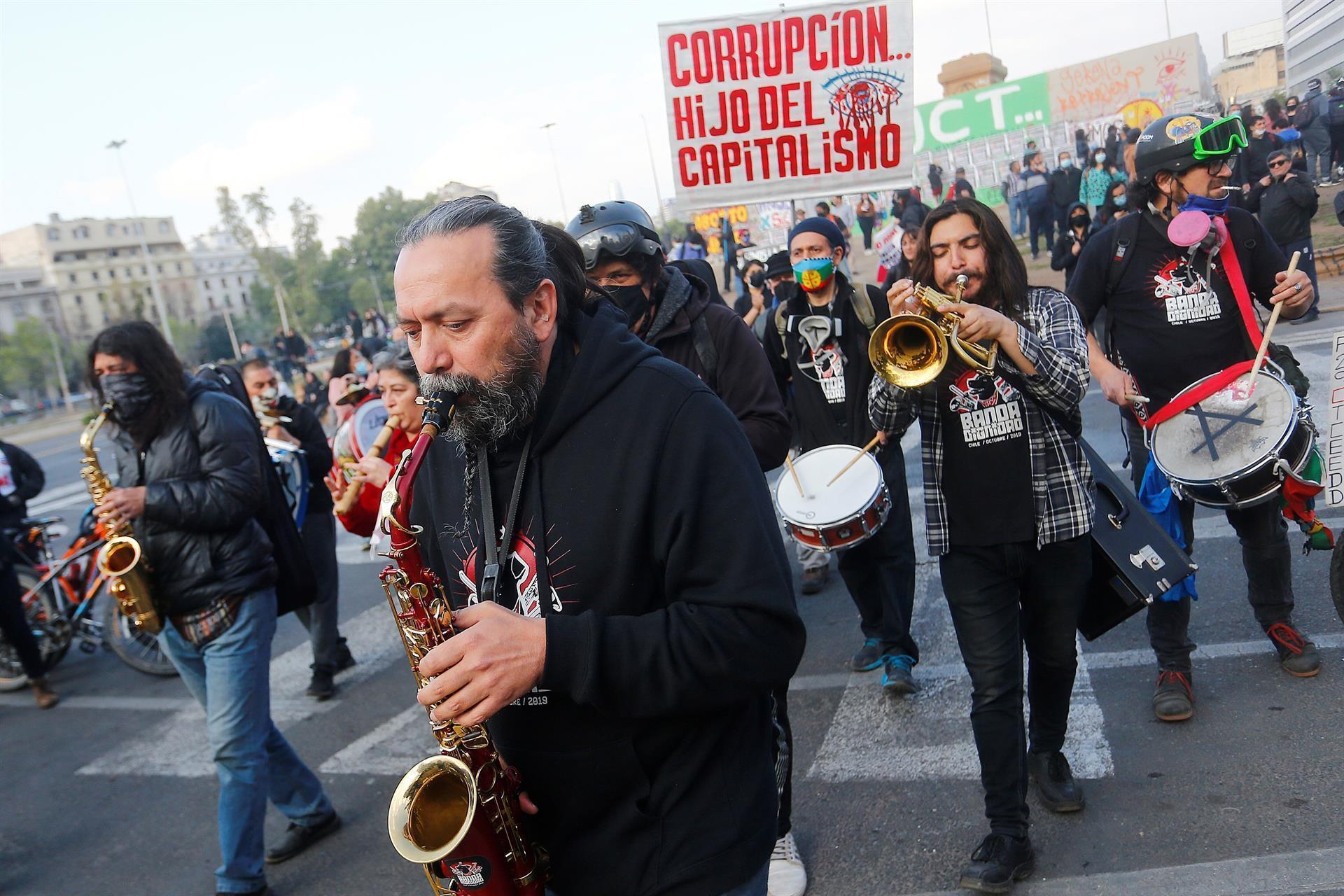 Alrededor de 300 personas se manifestaron en el centro de la capital chilena, Santiago, para pedir la renuncia del presidente del país, por las presuntas irregularidades que divulgaron los 'Papeles de Pandora' y por las que va ser investigado por la Fiscalía.
